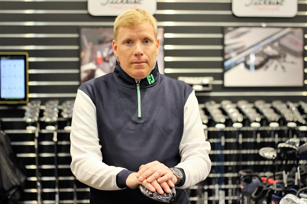 Golf Centerin välineasiantuntija Toni Salakari