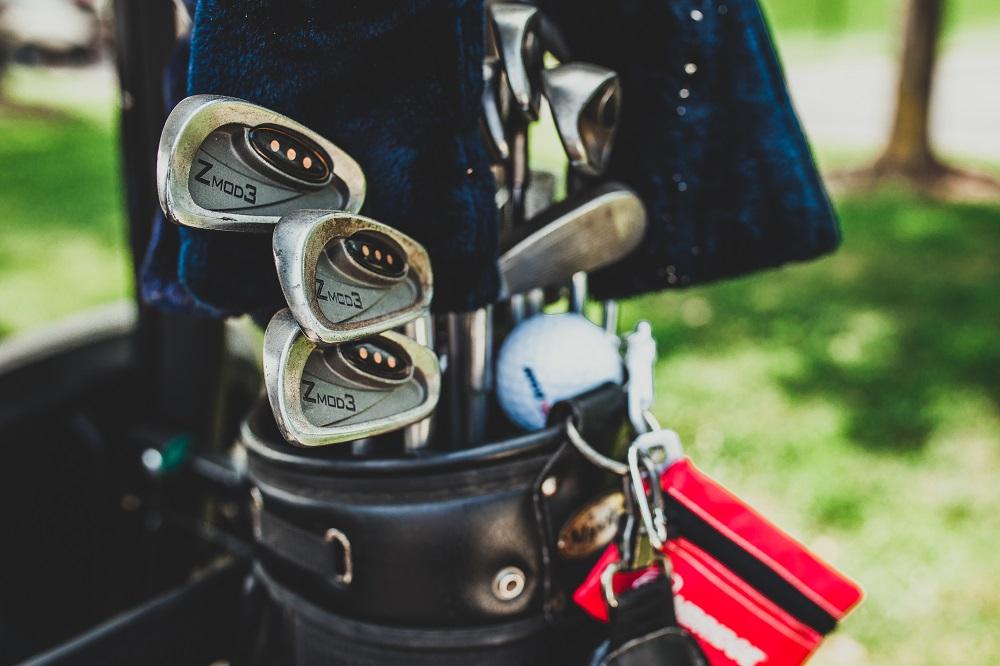 Likaisia golfmailoja bägissä